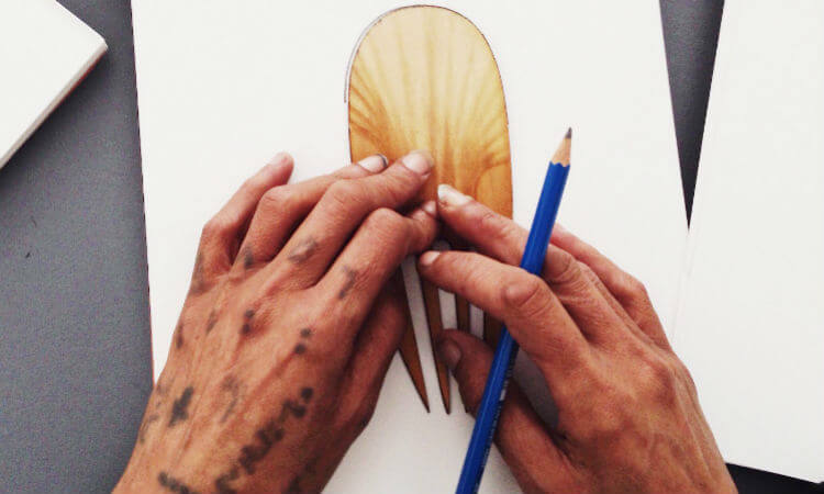 The Merge Community team introduced the Piki Project a few weeks ago. Now, they are continuing to develop exciting designs and innovating ideas. The Piki Project intends to tell a personal story through a unique work of art which will be printed on to a paper piki (feather) and a wooden heru (comb).